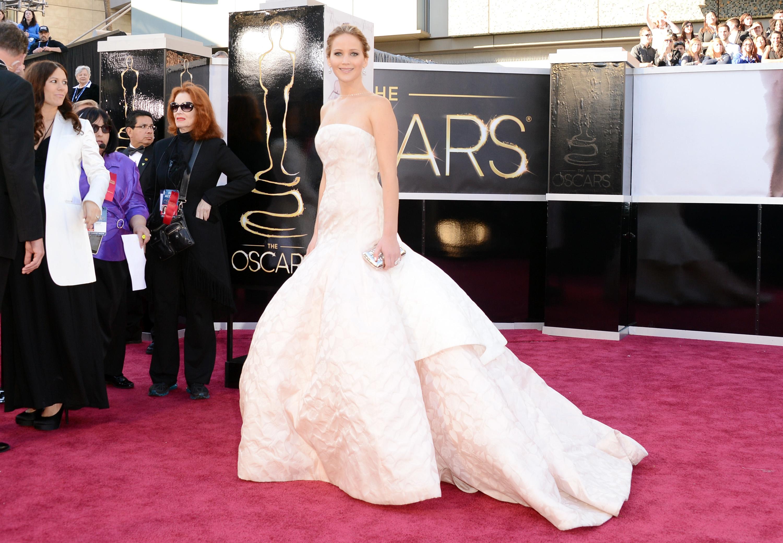 Jennifer Lawrence attends the Oscars 2013 red carp