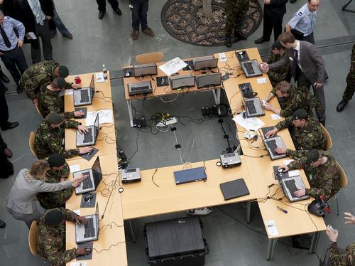 Soldiers use simulator