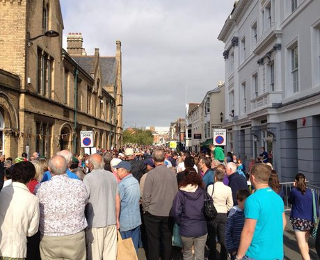 Thousands watch cycle race