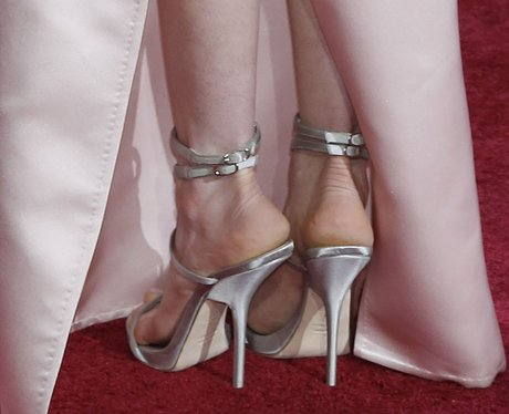 anne hathaway at the oscars award season shoes heart
