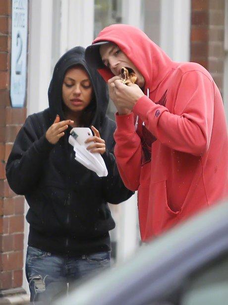 Ashton Kutcher and Mila Kunis eating