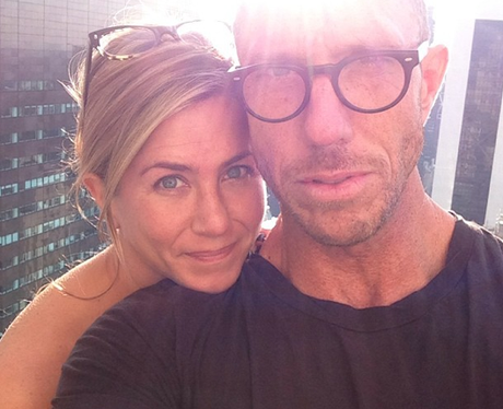 Jennifer Aniston without makeup in selfie with hairdresser