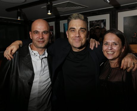 robbie williams poses with fans