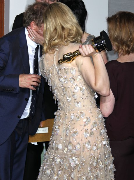 Cate Blanchett and Andrew Upton kiss at the Oscars 2014