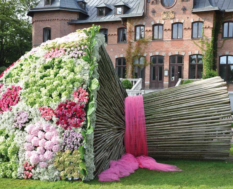4. We\'ve heard of a giant bouquet of flowers...but this is just ...