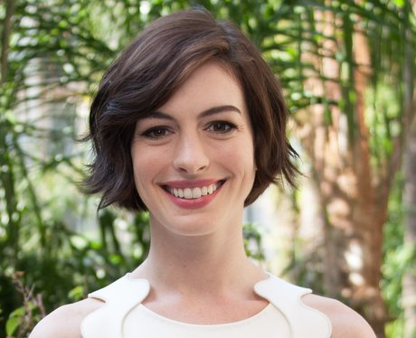 Anne Hathaway S Short Crop Looks Youthful And Healthy The Bob Is Officially The Heart