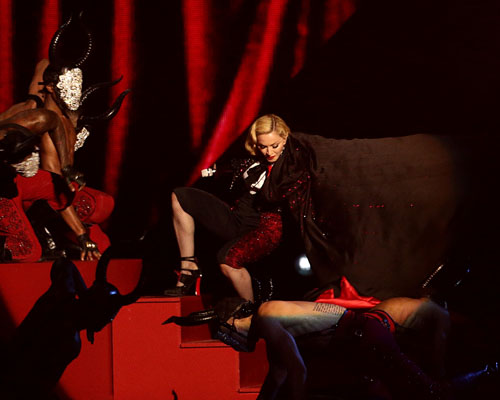 madonna-fall-brit-awards-2015-performance article