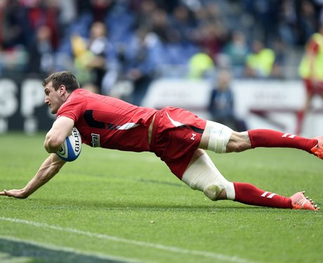 Sam Warburton scores a try against Italy
