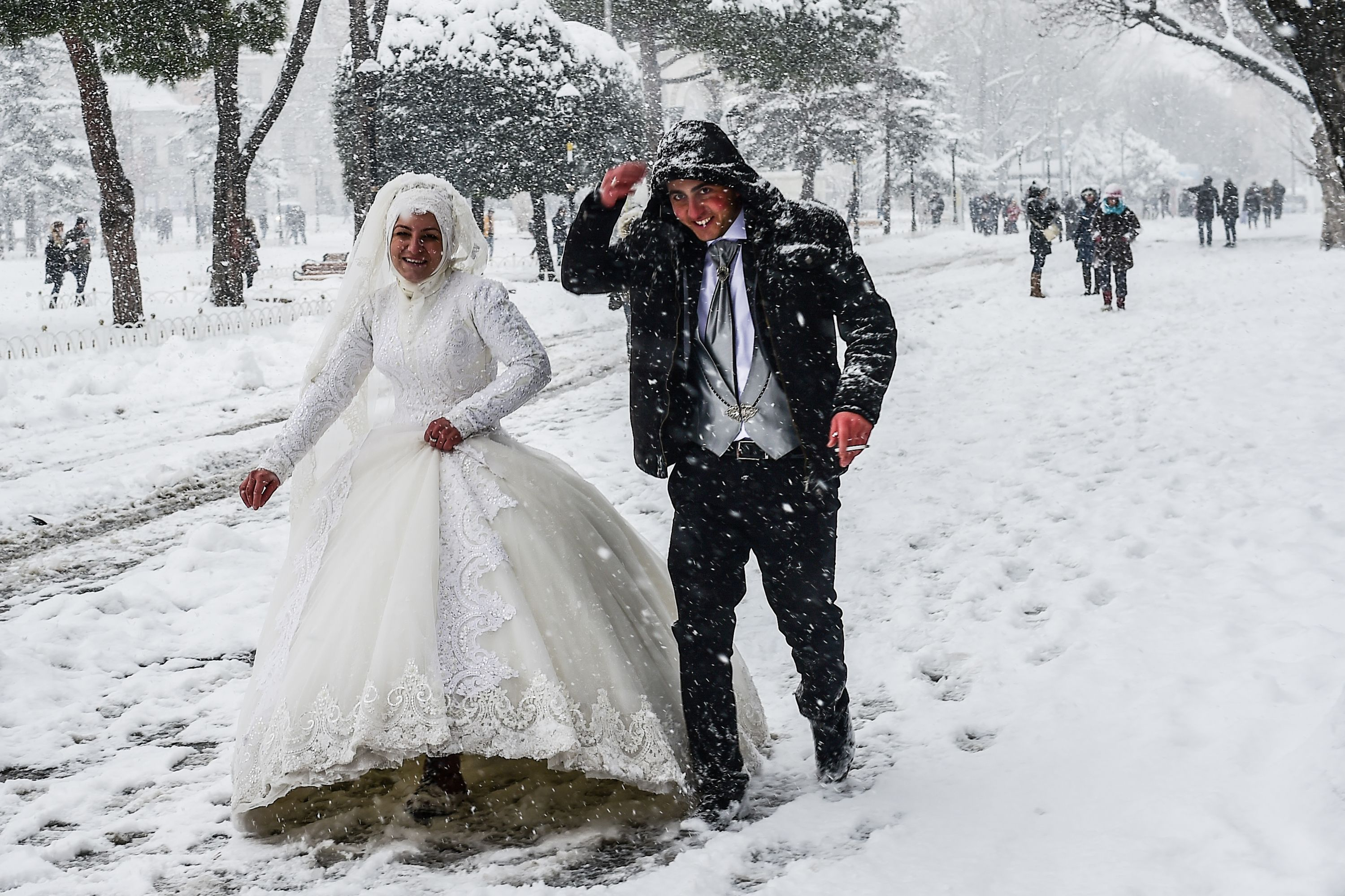 Couple getting married in Istanbul arctic blast