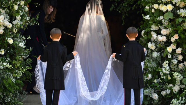 who is paying for meghan markle s wedding dress who designed it and was it 100 000 for meghan markle s wedding dress